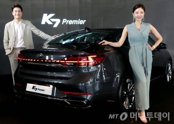 기아자동차가 12일 오전 서울 강남구 압구정동 BEAT360 쇼륨에서 K7 프리미어 사전계약 행사를 진행하고 있다./사진=김창현 기자 chmt@