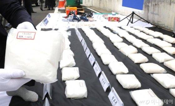 서울경찰청 광역수사대 마약수사계가 지난해 10월15일 오전 나사제조기 속에 필로폰 90 kg분량(압수한 필로폰은 300만명이 동시에 투약할 수 있는 양으로 시세로 약 3,000억원 규모)을 숨겨 밀반입한 대만, 일본, 한국 3개 마약 조직원 일당 8명을 검거(구속 6명)했다고 밝혔다. 사진은 경찰이 압수한 증거물. /사진=뉴시스