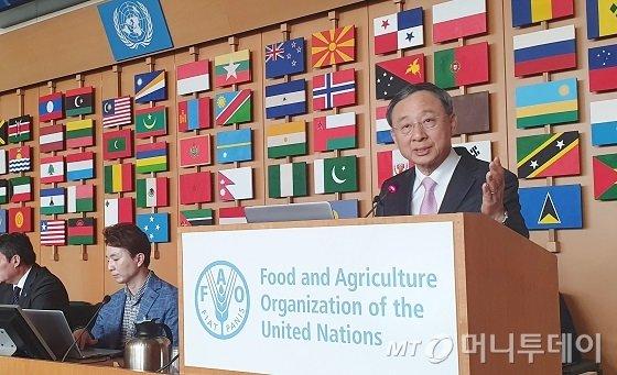KT 황창규 회장이 지난 12일(이하 현지시간) 이탈리아 로마에서 열린 유엔식량농업기구(FAO)의 '디지털 농업혁신' 콘퍼런스에 참석해 기조연설을 하고 있다./사진제공=KT