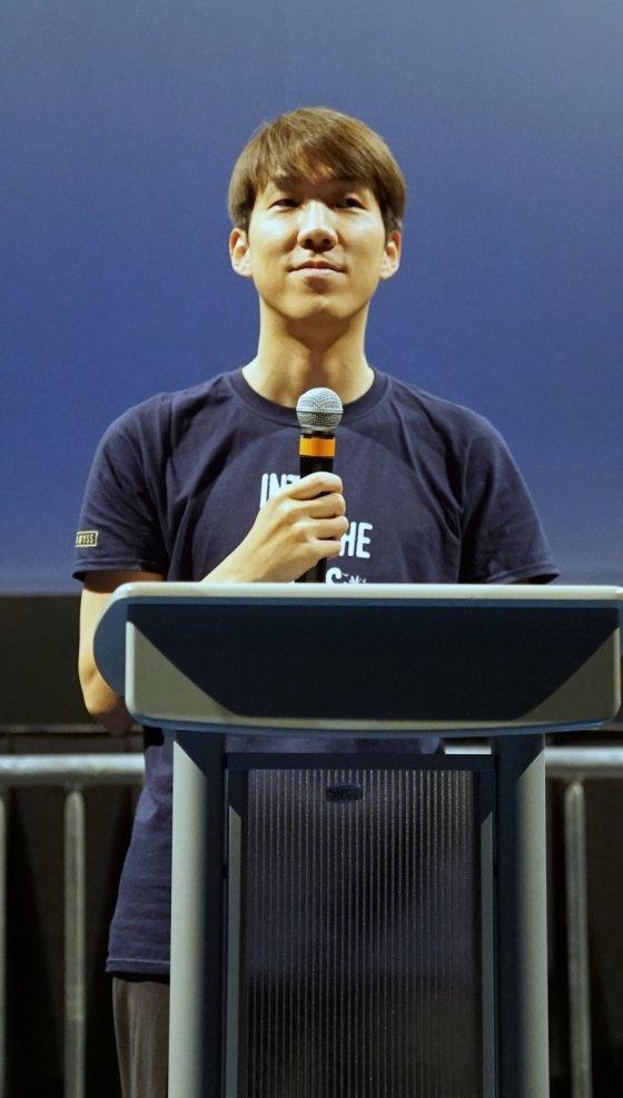 11일(현지시간) 미국 LA에 위치한 '리갈 시네마 LA 라이브 스타디움'에서 정경인 펄어비스 대표가 '인투 디 어비스'  행사를 진행하고 있다. / 사진제공= 펄어비스