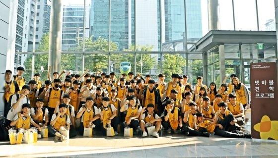 12일 넷마블 본사에서 진행된 넷마블견학프로그램에 참여한 학생이 기념사진을 촬영하고 있다. /사진=넷마
