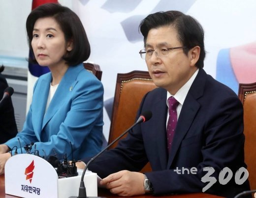 자유한국당 황교안 대표(오른쪽)가 13일 오후 서울 여의도 국회에서 열린 최고위원회의에서 발언하고 있다. /사진=홍봉진 기자