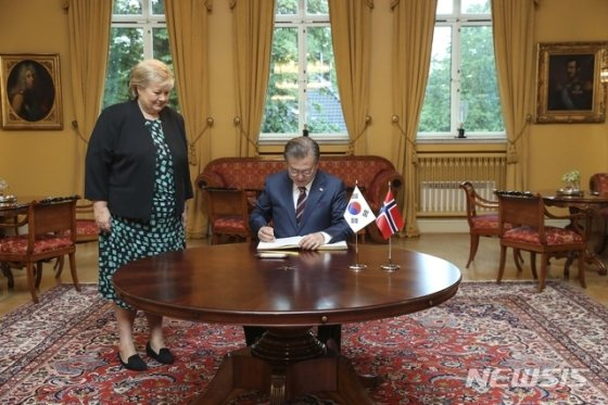 【오슬로(노르웨이)=뉴시스】전신 기자 = 노르웨이를 국빈 방문 중인 문재인 대통령이 13일(현지시각) 오전 오슬로 총리 관저에서 열린 정상회담에 앞서 방명록 서명을 하고 있다. 2019.06.13.   photo1006@newsis.com