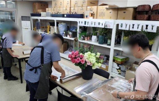 베어베터 사원들이 10일 꽃바구니 포장 작업을 진행하고 있다. 포장을 마친 꽃바구니는 사원들이 직접 배송까지 한다./사진=이기범 기자