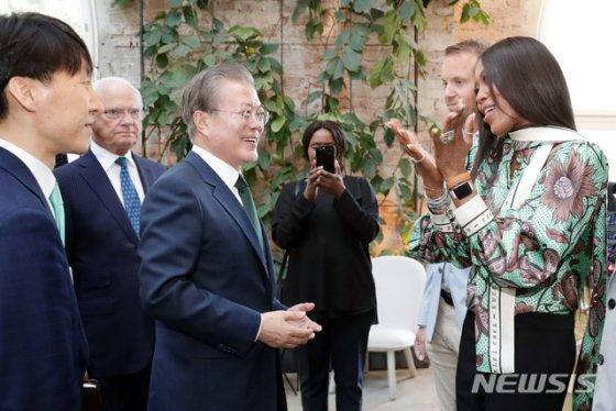 【스톡홀름(스웨덴)=뉴시스】전신 기자 = 스웨덴을 국빈 방문 중인 문재인 대통령이 15일 오후(현지시간) 스톡홀름 노르휀 재단에서 만난 모델 나오미 캠벨과 인사를 나누고 있다. 2019.06.15.   photo@newsis.com