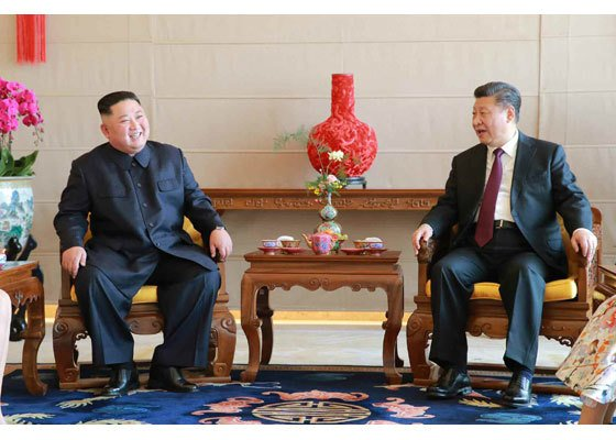 지난 1월 중국을 방문한 김정은 북한 국무위원장이 시진핑(習近平) 중국 국가주석과 중국 베이징(北京)의 호텔 북경반점에서 오찬 전 환담하는 모습. (노동신문)2019.1.10/뉴스1  <저작권자 © 뉴스1코리아, 무단전재 및 재배포 금지>