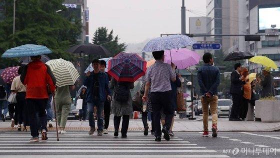 남서쪽에서 오는 저기압의 영향으로 비가 내린 지난 6일 오후 서울 광화문네거리 인근에서 시민들이 발걸음을 옮기고 있다./사진=김휘선 기자 hwijpg@