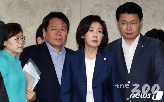 나경원 자유한국당 원내대표(오른쪽에서 두번째)가 정용기 정책위의장(맨 오른쪽) 등과 18일 서울 여의도 국회에서 열린 정책의원총회에 참석하고 있다. /사진=뉴스1