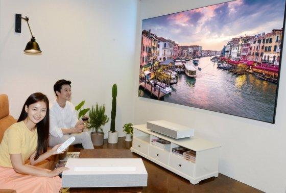 10㎝만 떨어지면 100인치 초고화질 영상을…LG 4K 프로젝터 출시 - 머니투데이 뉴스