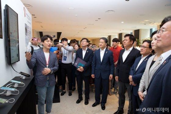 """SKT 5G 스마트오피스 찾아간 장관들…""""제조업도, 학교도 5G 혁신"""" - 머니투데이 뉴스"""