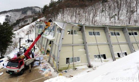 2014년 2월 발생한 경주 마우나오션리조트 체육관 붕괴사고 모습./사진=뉴스1