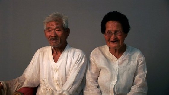 '워낭소리'에 출연한 최원균 할아버지(왼쪽)와 이삼순 할머니(오른쪽)/사진='워낭소리' 스틸컷