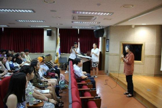 충남대학교 국제언어교육원에서 주최하는 2018년도 주요국가 초청연수 참가 학생 30명이 18일 세종국제고등학교에서 세종국제고에 대한 설명을 듣고 있다./사진=뉴시스<br>