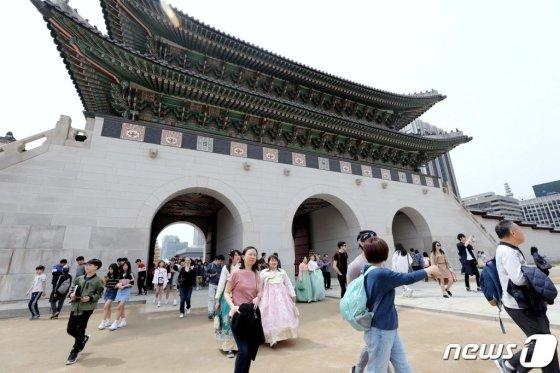 서울 경복궁을 찾은 외국인 관광객들이 고궁을 거닐고 있다. /사진=뉴스1