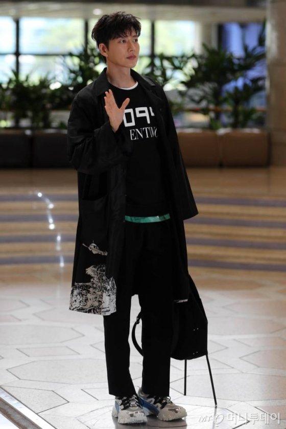 배우 박해진이 해외 일정을 위해 11일 오전 김포국제공항을 통해 출국하고 있다. / 사진=임성균 기자 tjdrbs23@