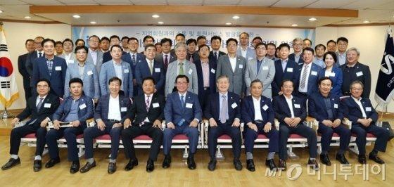 김연태 회장(앞줄 왼쪽에서 5번째)과 각 지역을 대표해 위촉된 한국건설기술인협회의 지역정책자문위원들이 위촉식 후 기념촬영을 하고 있다. /사진=한국건설기술인협회