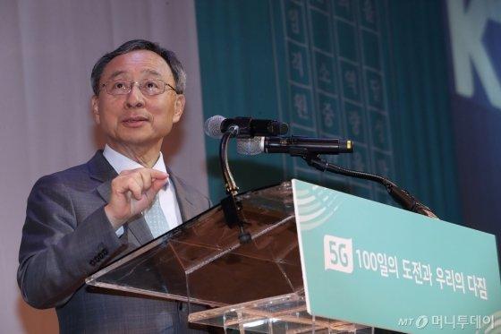 KT 황창규 회장이 임직원들에게 격려사를 하고 있다./사진=KT