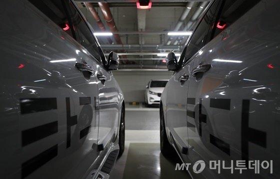 '빨간불' 켜진 '타다'. 8일 오후 서울시내 차고지에 주차된 타다 차량들. /사진=임성균 기자.