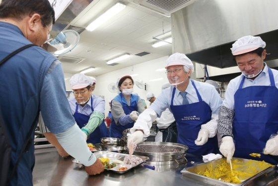 DGB금융그룹이 12일 초복을 맞아 지역 어르신들에게 600인분의 삼계탕과 수박을 대접하는 '어르신 원기회복(福) 삼계탕' 나눔 행사를 가졌다./사진제공=DGB금융