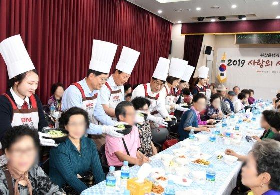 BNK부산은행이 지역 어르신 9000여명에게 '사랑의 삼계탕' 나눔 행사를 진행한다고 12일 밝혔다./사진제공=부산은행