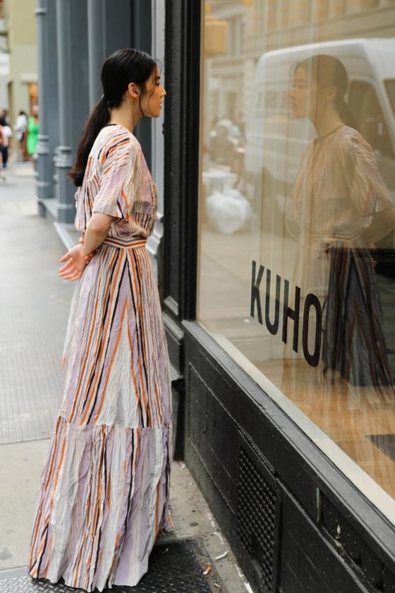 구호 모델 정은채가 미국 뉴욕에 처음으로 문을 연  구호 팝업스토어를 들여다보는 모습/사진제공=삼성물산 패션부문