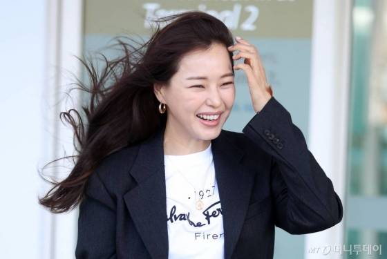 배우 이하늬가 이탈리아 밀라노에서 열리는 페라가모 2020 SS 패션쇼 참석을 위해 18일 오후 인천국제공항을 통해 출국하고 있다. / 사진=임성균 기자 tjdrbs23@