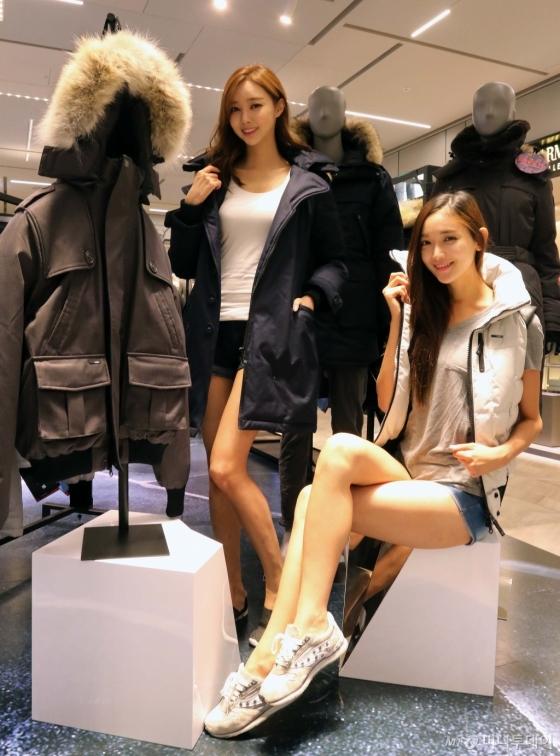 신세계백화점이 판매하는 프리미엄패딩을 모델들이 시연하고 있다. 사진=신세계