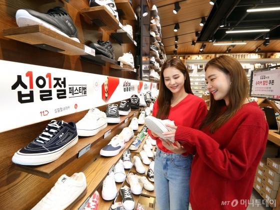 신발 판매업체 슈마커는 11번가와 공동마케팅을 진행한다. 온라인과 오프라인 매장을 연계한 O2O마케팅이다. /사진=11번가