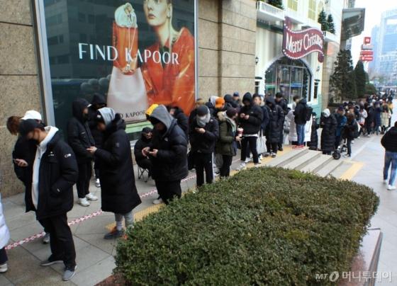 9일 아침 롯데백화점이 한정판매하는 '런스타 하이크'를 사기위해 고객들이 긴 줄을 서 있다. 이들중 100여명은 밤샘을 했다./사진=롯데백화점