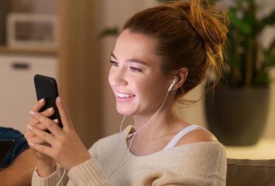 스마트폰은 눈높이와 같은 위치에 두고 사용하는 것이 목 건강에 좋다./사진=이미지투데이