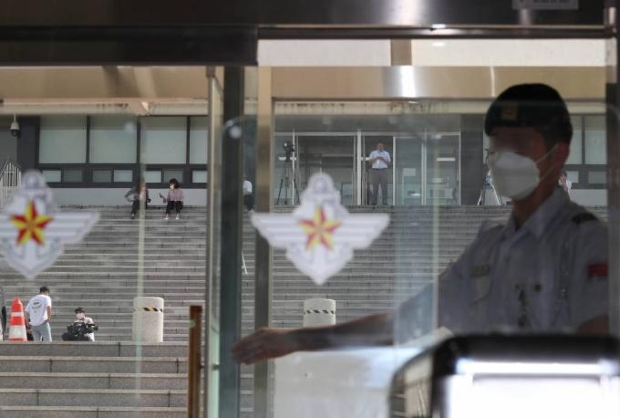 추미애 법무부 장관의 아들 '군 휴가 의혹'을 수사중인 검찰이 국방부에 대한 압수수색을 실시한 15일 서울 국방부 청사 별관 앞에 취재진이 모여 있다. / 사진=뉴시스
