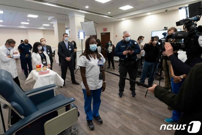미국에서 최초로 화이자ㆍ바이오앤테크의 코로나19 백신을 접종받은 간호사가 인터뷰를 하고 있다.  /AFP=뉴스1