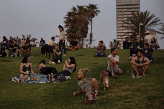 지난달 18일(현지시간) 이스라엘 텔아비브에서 마스크를 쓰지 않은 사람들이 일몰을 즐기고 있다. /AP=뉴시스