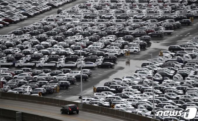 (울산=뉴스1) 윤일지 기자 = 차량용 반도체 수급 부족 사태에도 지난달 자동차 생산과 수출이 두 자릿수 증가하면서 호조세를 이어갔다. 16일 산업통상자원부가 발표한 '2021년 4월 자동차산업 월간동향'에 따르면 지난달 자동차 생산은 11.8%, 수출은 52.8%로 증가했다. 내수판매는 3.8% 감소한 것으로 집계됐다. 이날 현대자동차 울산공장 수출 선적부두 인근 야적장에 완성차들이 대기하고 있다. 2021.5.16/뉴스1