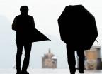 """[알랴ZOOM]""""우산이 검이냐?""""… 장마철 우산예절은?"""