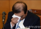 눈물 닦는 김병준 총리 내정자