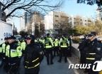 [사진]박영수 특검 자택 앞에 운집한 경찰