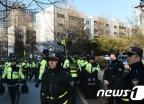 [사진]박영수 특검 자택 앞 지키는 경찰