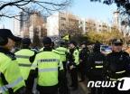 [사진]박영수 특검 자택 앞에 모인 경찰