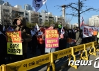 [사진]박영수 특검 자택 앞에서 '정치검찰 물러가라'