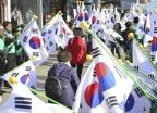 """""""저 박사모 아녜요""""… 3·1절 태극기 게양 혼란"""