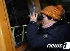 [사진]망원경으로 세월호 선적과정 지켜보는 미수습 가족