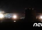 [사진]반잠수식 선박에서 자세 잡는 세월호