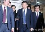 신동빈 회장, 경영비리 관련 2차 공판 출석