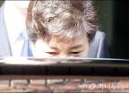 긴장한 눈빛의 박 전 대통령
