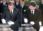 4.19 민주묘지 참배하는 문재인-안철수
