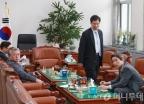 논의중인 민주당 정보위원들
