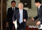 [사진]서류봉투 들고 퇴근하는 양승태 대법원장