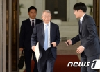 [사진]퇴청하는 양승태 대법원장