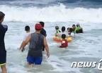 [영상]인간띠 만들어 물에 빠진 40대 구조한 시민들